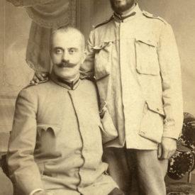 Fotografiat în captivitate la Sofia împreună cu Dl. Maior G. Poenaru