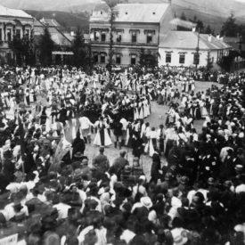 Mulțime de civili într-o piață centrală