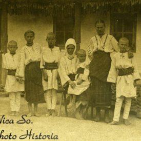 Familie în fața casei