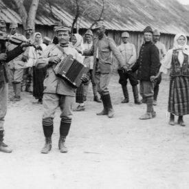 Trupe și civili români dansând și cântând