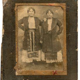 Portret cu doua femei în port tradițional