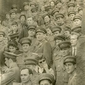 Grup de bărbați în uniformă militară