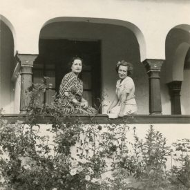 Portret cu două femei în grădină
