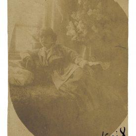 Portret de fată la fereastră