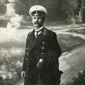 Portret de bărbat în uniformă în studio