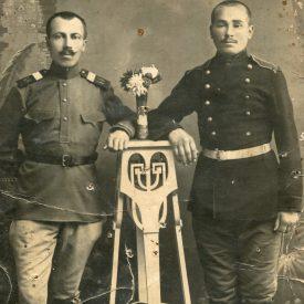 Portret cu doi bărbați în uniformă