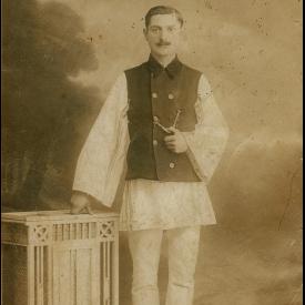 Bărbat în costum popular și vestă