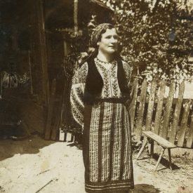 Tânăra femeie în costum popular de sărbătoare
