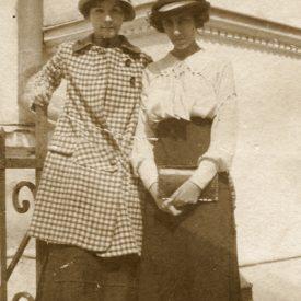 Amintirea unui moment: două tinere
