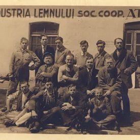 Muncitori în faţa unui atelier de lucru