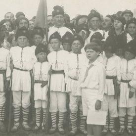 Regele Mihai I alături de un grup de copii de ţărani