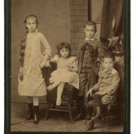 Portret de grup cu patru copii