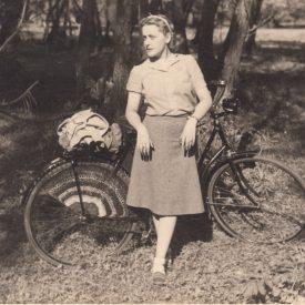 Femeie în parc cu bicicleta