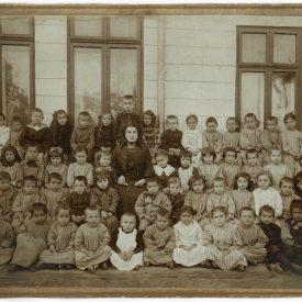 Copiii și învățătoarea unui orfelinat